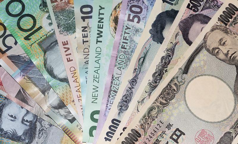 yen dips against dollar