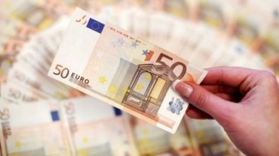 Euro wobbles at multi-month low amid political risk in Europe