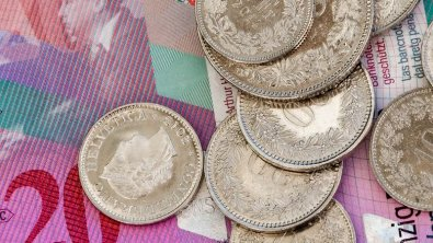 Swiss franc eases despite country's unemployment reduces