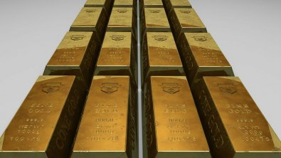 Gold edging lower but still strong on recession fears