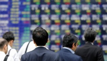 Asian stocks dip following declines on Wall Street