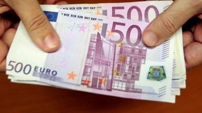 Euro climbs on Italian bond yields drop prediction