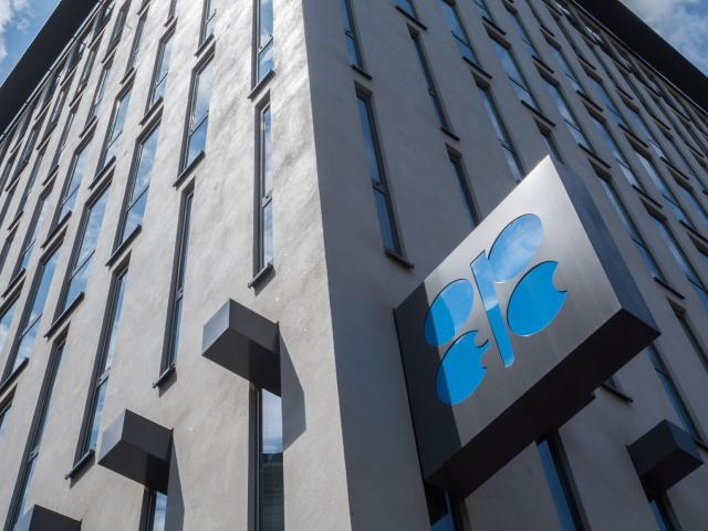 Oil awaits OPEC  supply cuts decision