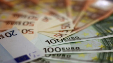 Euro Slips, Dollar May Touch Record Low Since Mid-October