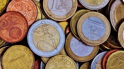 Euro recovers on strong China trade data, Aussie rises