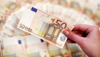Euro on course for sixth week of decline amid Italian political risks